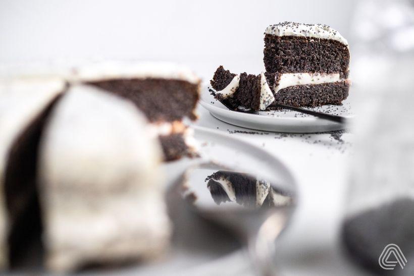 Vláčná maková torta bez múky sbohatou tvarohovou náplňou