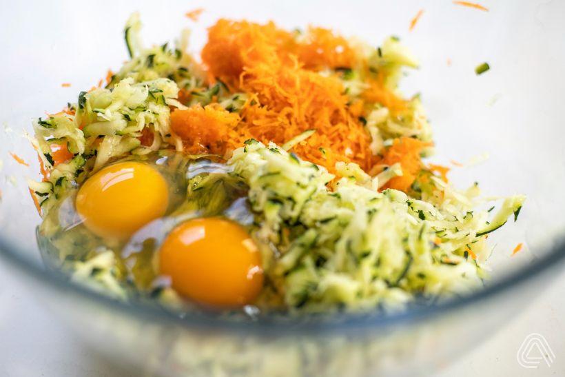 Lahodné cuketovo-mrkvové placky vo fit verzii scesnakovým dipom
