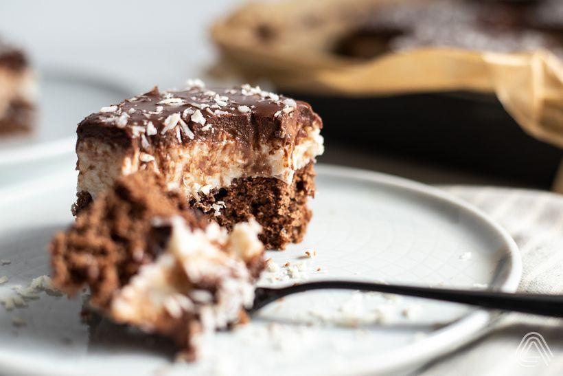Šťavnatý bounty koláč skokosom a čokoládou