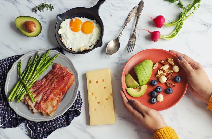 A zase tá keto-diéta. Prečo sa vďaka nej tak ľahko chudne?