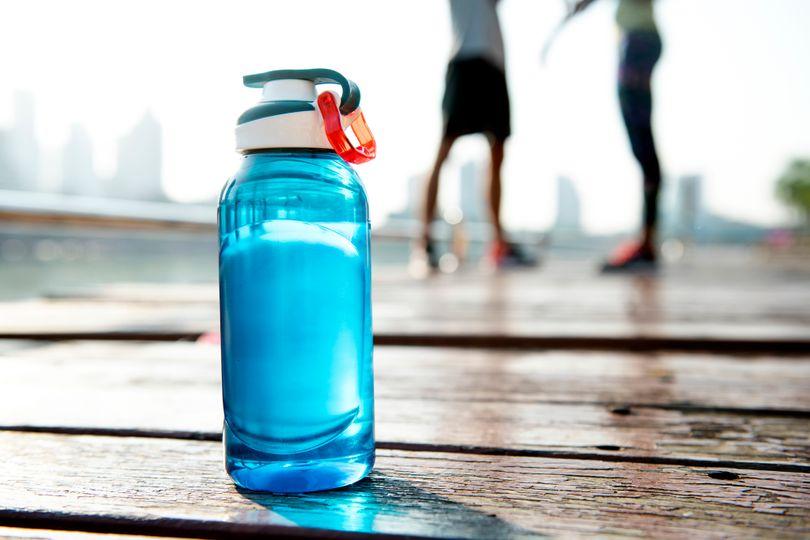 Nebaví vás kohútiková voda? Máme 8 tipov, ako si spestriť pitný režim