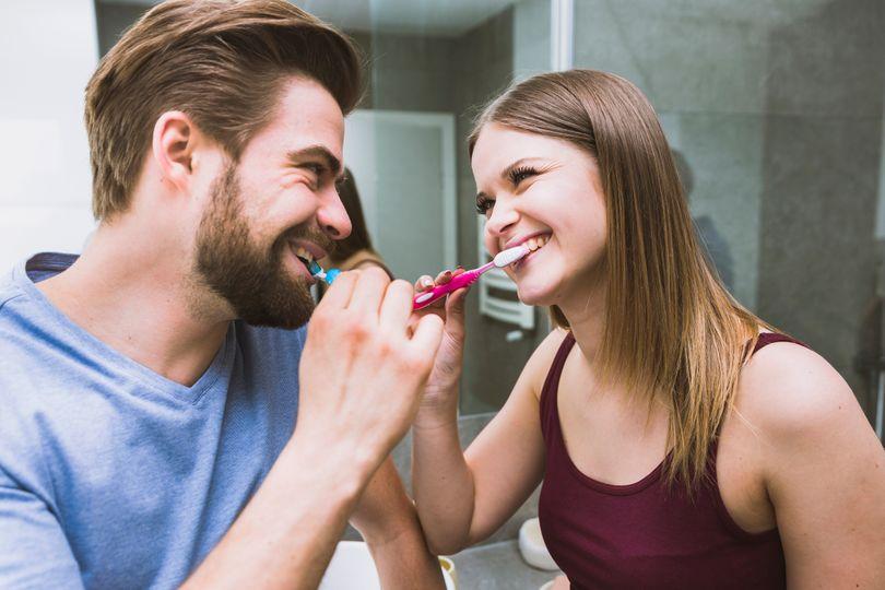 Je lepšie čistiť si zuby pred alebo po raňajkách?