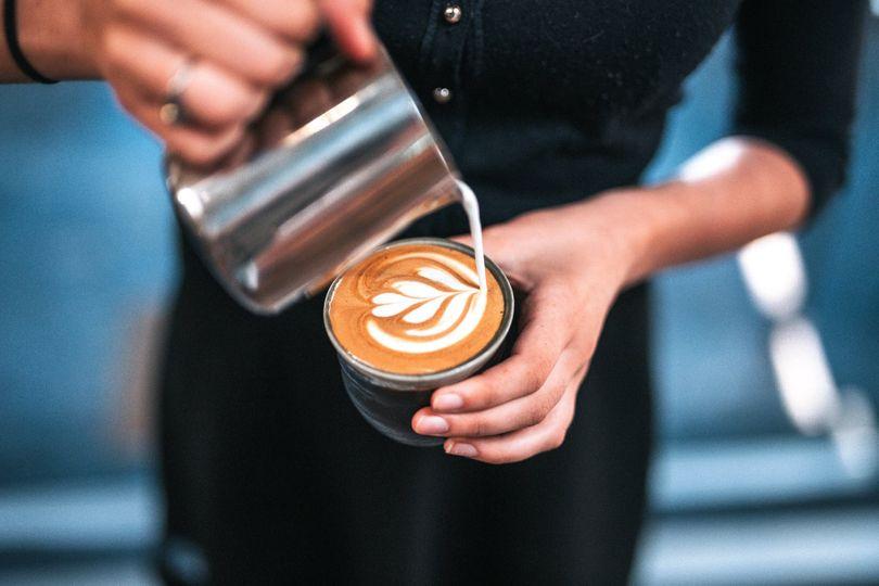 Je naozaj pravda, že káva s mliekom spôsobuje rakovinu, tráviace ťažkosti a nemá žiadny stimulačný účinok?