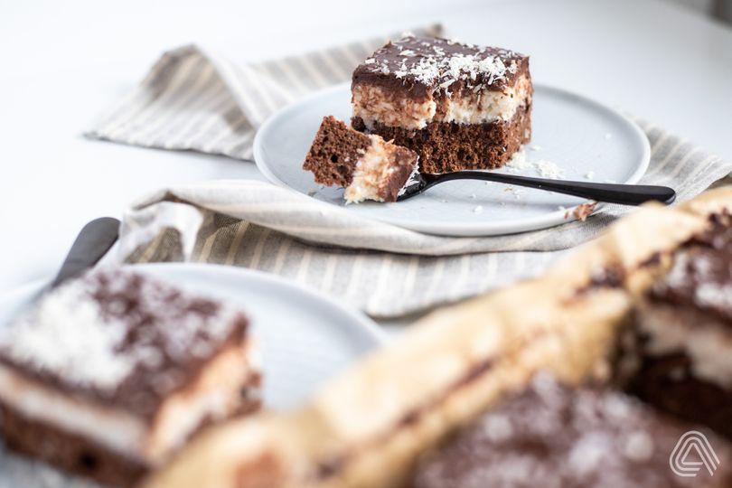 Šťavnatý bounty koláč s kokosom a čokoládou