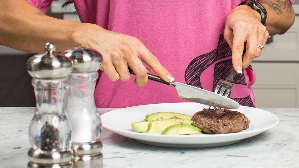 Vyšší vs. nižší příjem bílkovin při kalorickém deficitu