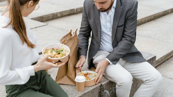 6 chýb, ktorými ničíte zdravý obed, a preto nemáte energiu. Nerobíte aj vy niektorú z nich?
