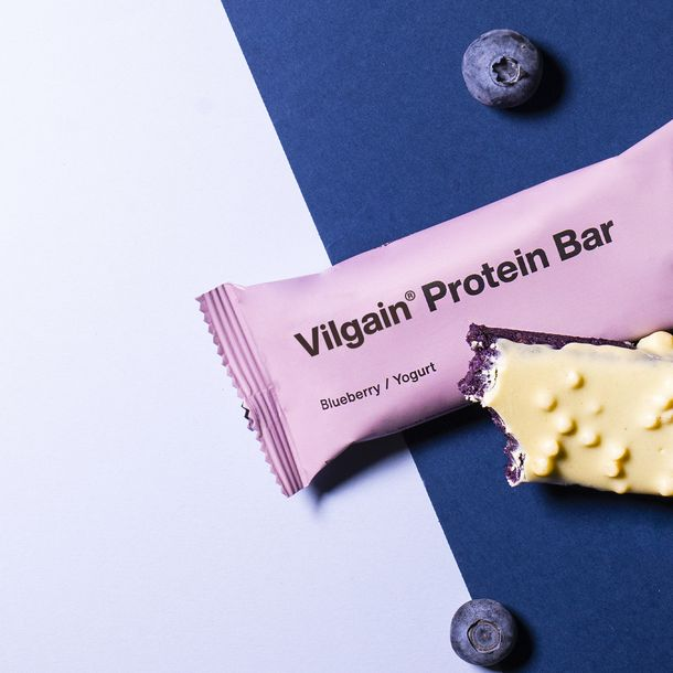 Čučoriedková tyčinka vylepšená  o jogurtovú polevu s chrumkami