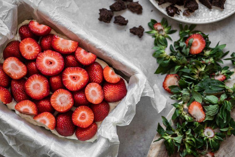 Fit krtkova torta na plech sjahodami: Dezert sminimom kalórií, zato plný bielkovín