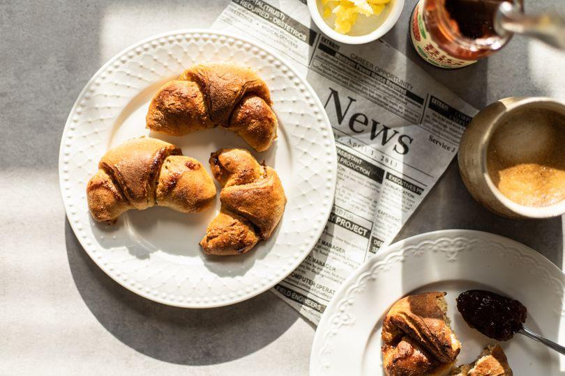 Zdravé domáce croissanty s jahodovou marmeládou a minimom kalórií