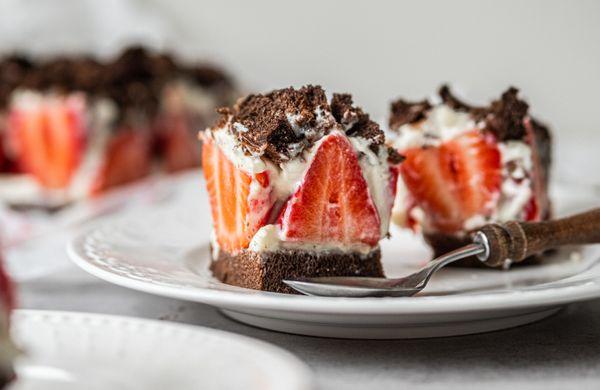 Fit krtkova torta na plech s jahodami: Dezert s minimom kalórií, zato plný bielkovín