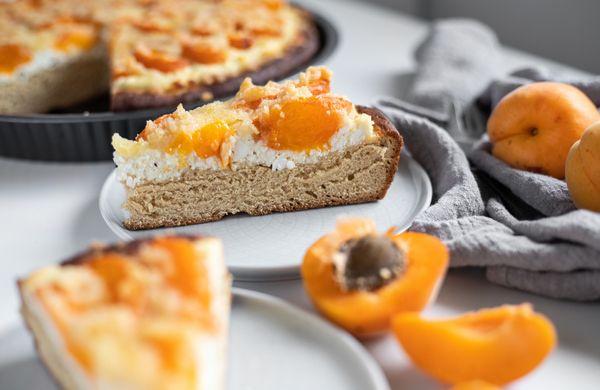 Sezónny kysnutý koláč s marhuľami a tvarohom
