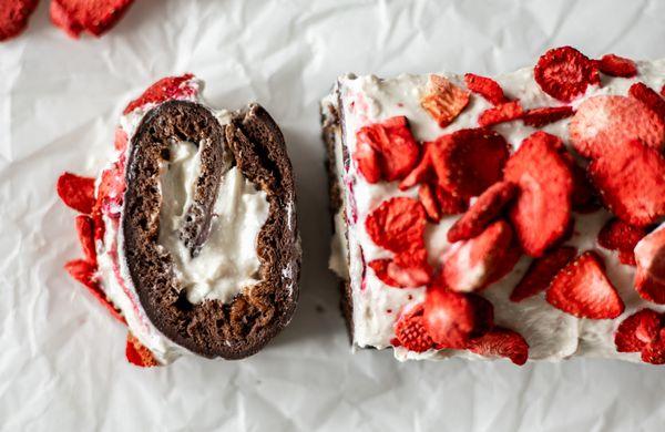 Nadýchaná čokoládová roláda s jahodami a minimom kalórií