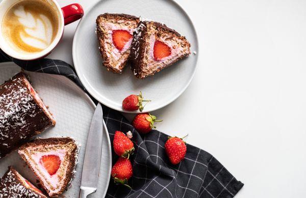 Nepečený dezert s tvarohovým krémom a jahodami