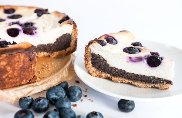 Neobyčejně dobrý tvarohový koláč s borůvkami a mákem